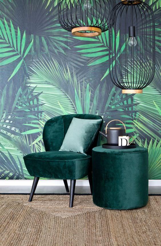 idée déco 2019 : papier motif feuilles, suspensions métalliques, fauteuil en velours vert